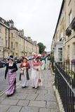 Povos trajados nas ruas do banho para o festival de Jane Austen Imagem de Stock