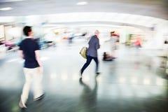 Povos urgentes em uma estação de trem Foto de Stock Royalty Free