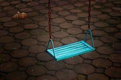 Povos vazios e boneca do único balanço azul na noite escura Imagens de Stock Royalty Free