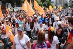 Povos venezuelanos que chamam para que o referendo do aviso remova o presidente Nicolas Maduro Moros imagens de stock