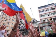 Povos venezuelanos que chamam para que o referendo do aviso remova o presidente Nicolas Maduro Moros fotos de stock