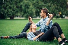 Povos viciado do telefone, viciado social fotos de stock royalty free
