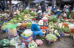 Povos vietnamianos que vendem o vegetal e o fruto Foto de Stock Royalty Free