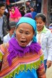 Povos vietnamianos que vestem o traje tradicional no mercado de Bac Ha, Imagens de Stock Royalty Free