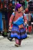 Povos vietnamianos que vestem o traje tradicional no mercado de Bac Ha, Imagens de Stock