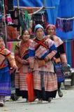 Povos vietnamianos que vestem o traje tradicional no mercado de Bac Ha, Fotografia de Stock