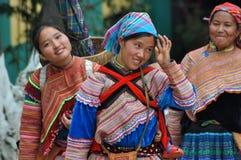 Povos vietnamianos que vestem o traje tradicional no mercado de Bac Ha, Foto de Stock Royalty Free