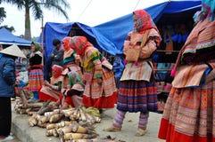 Povos vietnamianos que vestem o traje tradicional no mercado de Bac Ha, Foto de Stock
