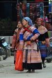 Povos vietnamianos que vestem o traje tradicional no mercado de Bac Ha, Fotografia de Stock Royalty Free