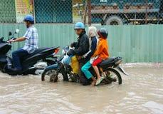 Povos vietnamianos, rua da água inundada Fotos de Stock Royalty Free