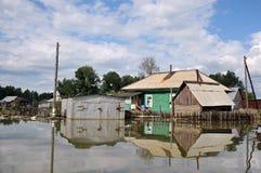 Powódź Rzeczny Ob zalewał obrzeża miasto, który wyłaniał się od brzeg, obrazy royalty free