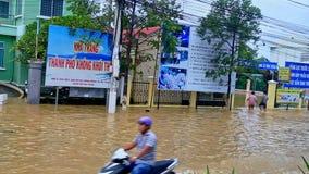 Powódź w miasto domu parterze w wodzie w ulicie zdjęcie wideo