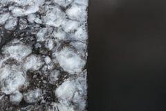 Powódź w wiośnie Lód na połówce rzeki obudzenie natura obraz stock
