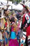 Pow-överraska en sammankomst av infött folk Arkivbild