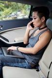 Poważna kobieta sprawdza emaili zdjęcie royalty free