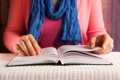 Poważny kobieta uczeń czyta książki, religii lub edukacji pojęcie, zdjęcia royalty free
