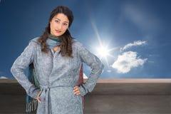 Poważna ładna brunetka jest ubranym zimę odziewa pozować Obrazy Stock