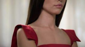 Poważna ładna kobieta jest ubranym czerwieni suknię, czekać na chłopaka, antycypacja zdjęcie royalty free
