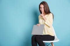 Poważna ładna kobieta robi cisza gestowi używać laptop Zdjęcie Royalty Free