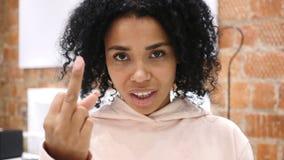 Poważna amerykanin kobieta pokazuje środkowego palec w złości zbiory wideo