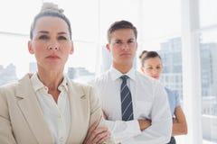 Poważna atrakcyjna bizneswoman pozycja z rękami krzyżować Zdjęcia Stock