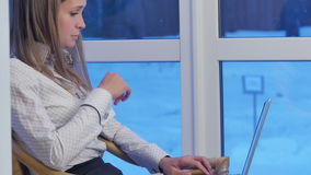 Poważna biznesowa kobieta pisać na maszynie na laptopie w hotelowym lobby zdjęcie wideo