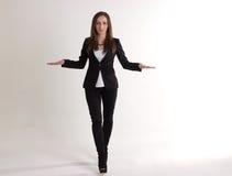 Poważna Biznesowa kobieta Pokazuje rozmiar z rękami Odizolowywać dalej Obrazy Stock