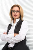Poważna biznesowa kobieta w białej koszula Fotografia Royalty Free