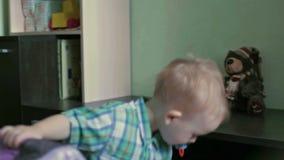Poważna chłopiec rzutu poduszka zdjęcie wideo