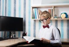 Poważna chłopiec w łęku krawacie Zdjęcia Stock