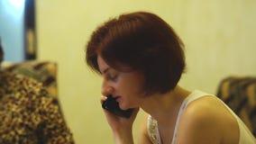 Poważna dziewczyna dyskutuje biznes zbiory wideo