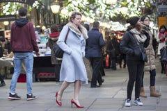 Poważna dziewczyna w błękitnym żakiecie czerwonych butach i jest na Covent ogródzie Obraz Royalty Free