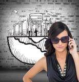 Poważna elegancka brunetka jest ubranym okulary przeciwsłonecznych na telefonie Fotografia Stock