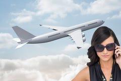 Poważna elegancka brunetka jest ubranym okulary przeciwsłonecznych na telefonie Obrazy Royalty Free