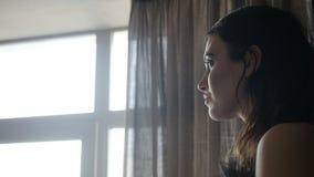 Poważna kobieta blisko okno zbiory wideo