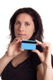 Poważna kobieta trzyma błękitną kredytową kartę obrazy stock