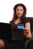 Poważna kobieta trzyma kredytową kartę z laptopem Zdjęcie Stock