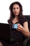 Poważna kobieta trzyma kredytową kartę z laptopem obraz royalty free
