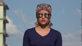 Poważna kobieta z okularami przeciwsłonecznymi zbiory wideo