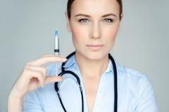 Poważna lekarka z strzykawką obrazy royalty free