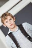 Poważna młoda szkolna chłopiec w przechylającym kąta widoku Zdjęcie Royalty Free