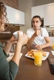Poważna para z problemami mówi przy śniadaniem obraz stock