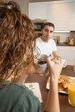 Poważna para z problemami mówi przy śniadaniem Zdjęcie Royalty Free