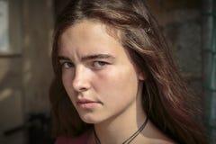 Poważna przyglądająca nastoletnia dziewczyna Obrazy Stock