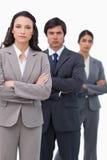 Poważna salesteam pozycja wraz z fałdowymi rękami Zdjęcia Stock