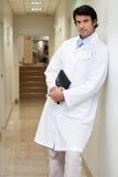 Poważna samiec lekarki mienia książka Obraz Royalty Free