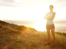Poważna sport kobieta z rękami krzyżował pozycję w zmierzchu Zdjęcie Stock