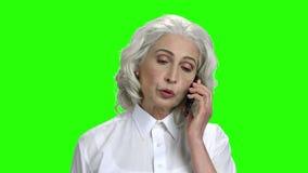 Powa?na starsza kobieta opowiada na telefonie zbiory