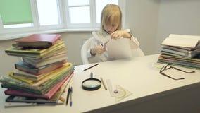 Poważna szkolna dziewczyna z nożycami ciie postać papier zbiory wideo