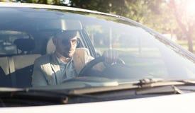 Poważnego mężczyzna napędowy samochód zdjęcie stock